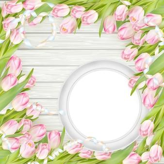 Tulipas e moldura branca em branco.