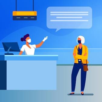 Turista e funcionário do aeroporto usando máscara facial