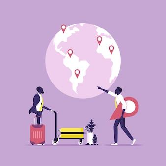 Turista em pé próximo aos painéis turísticos e escolhendo viagens, viagens e turismo