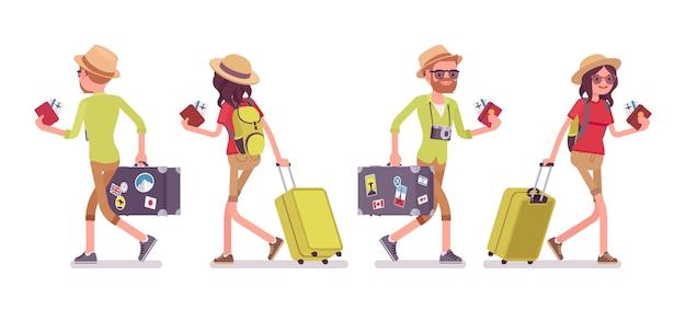 Turista homem e mulher caminhando
