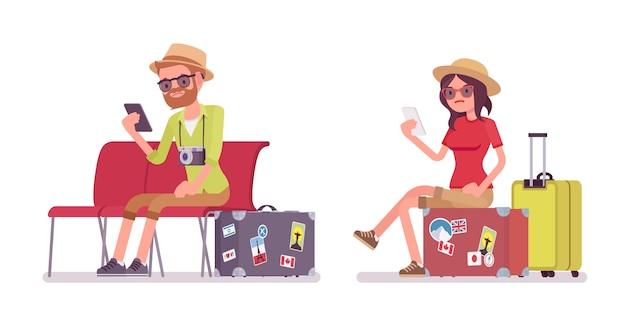 Turista homem e mulher sentada