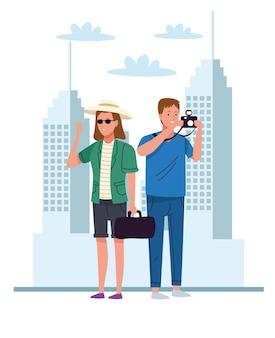 Turistas acampam com câmera e bolsa nos personagens da cidade
