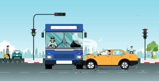Um acidente em um ônibus colide com um veículo pessoal devido a violações de semáforos