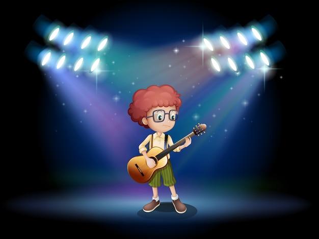 Um adolescente talentoso no meio do palco com um violão