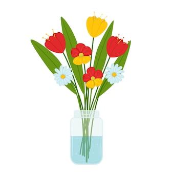 Um buquê de flores simples de tulipas e margaridas em uma jarra de vidro transparente com água.