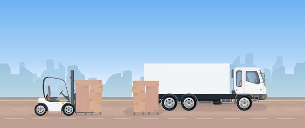 Um caminhão e um palete com caixas de papelão estão na estrada.
