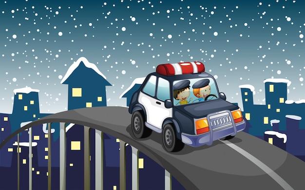 Um carro de patrulha viajando na estrada