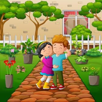 Um casal caminhando no parque