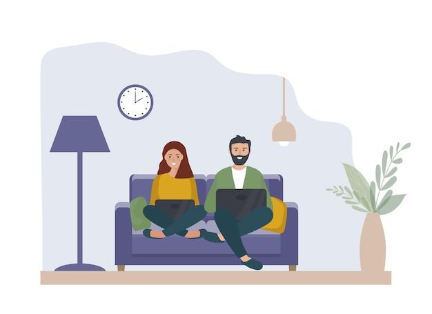 Um casal com um laptop está sentado em casa no sofá. trabalho em casa, educação online. estudantes ou freelancers, bloggers. o conceito de home office. descansem juntos. apartamento de vetor