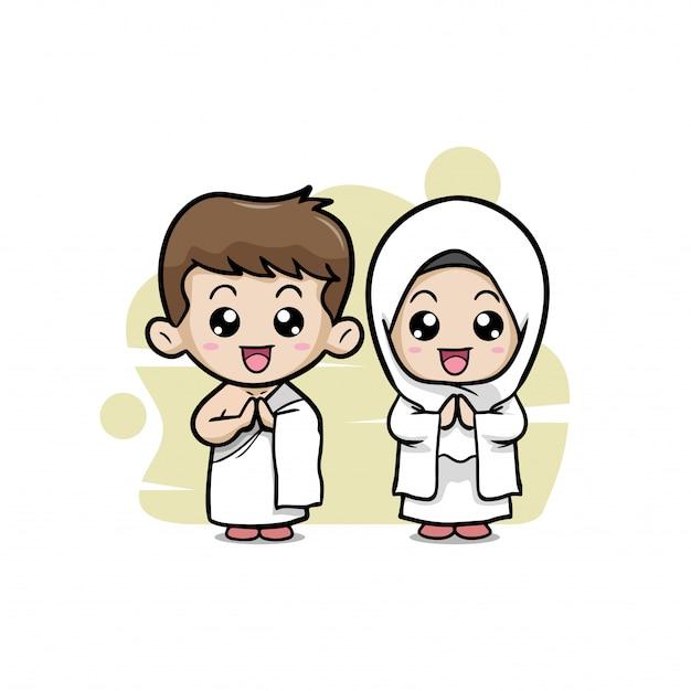 Um casal de crianças muçulmanas em roupas de hajj