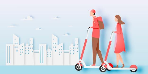 Um casal na scooter elétrica