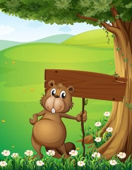 Um castor de pé debaixo da árvore com um tábua vazia