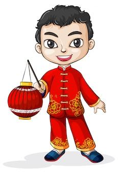 Um chinês sorridente com uma lanterna