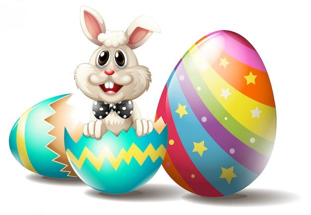 Um coelho dentro de um ovo de páscoa rachado
