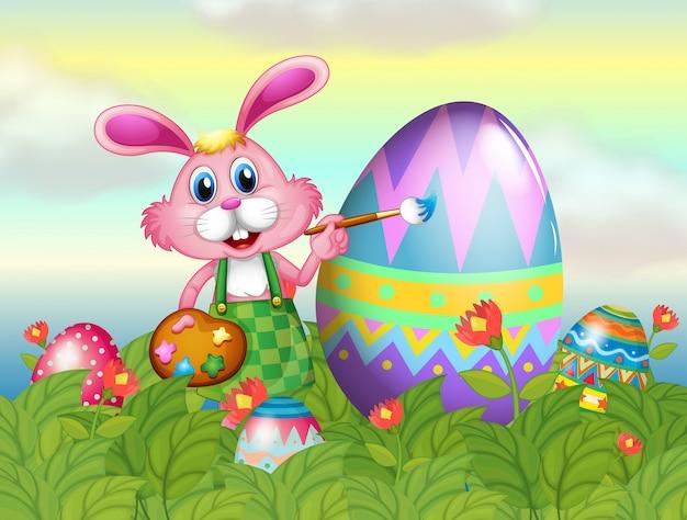 Um coelho pintando o ovo no jardim