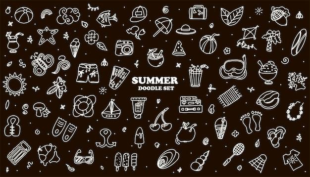 Um conjunto de verão de doodle de vetor grande acessórios de desenho à mão para férias na praia à beira-mar design plano