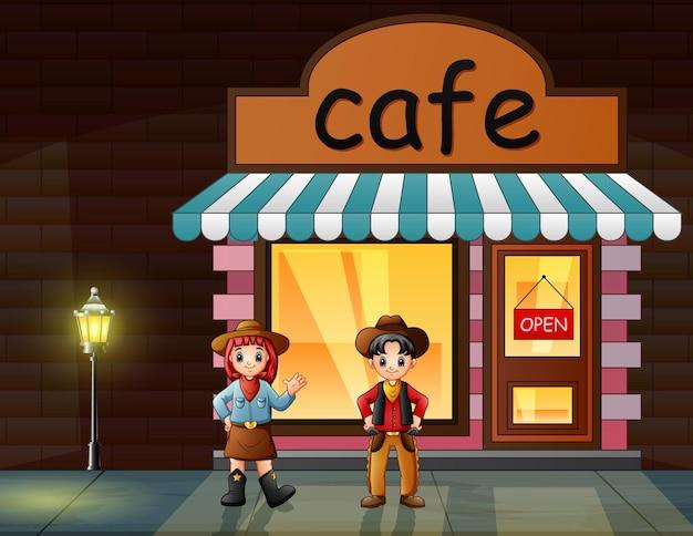 Um cowboy e uma cowgirl em frente ao café