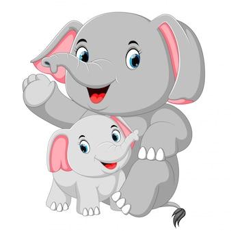 Um elefante engraçado está brincando com um pequeno elefante
