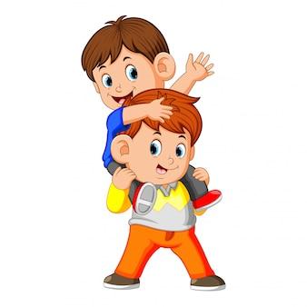 Um garotinho feliz carregando seu irmão