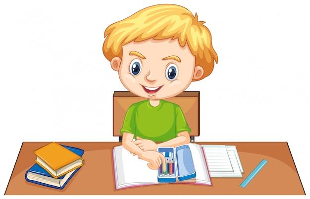 Um garoto feliz fazendo lição de casa na mesa