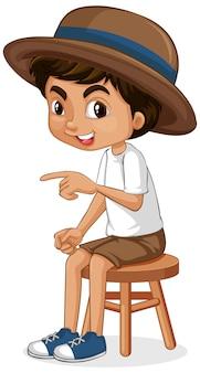 Um garoto feliz, sentado no banquinho