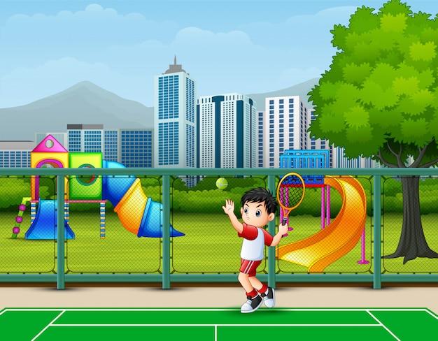 Um garoto jogando tênis na quadra