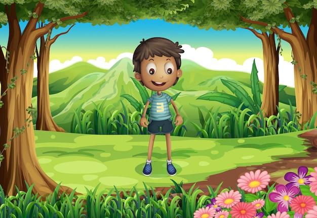 Um garoto magro sorridente na floresta