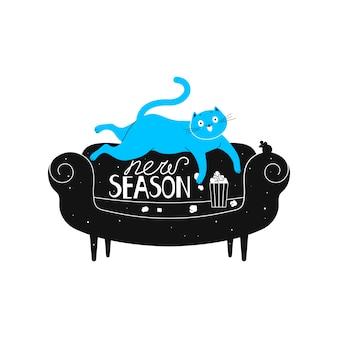 Um gato alegre está deitado em um sofá assistindo a uma série de tv e comendo pipoca.