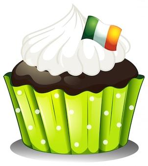 Um grande bolinho de chocolate com a bandeira da irlanda