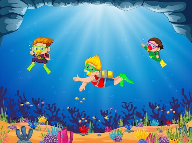 Um grupo de crianças está mergulhando com seu amigo com diferente posando