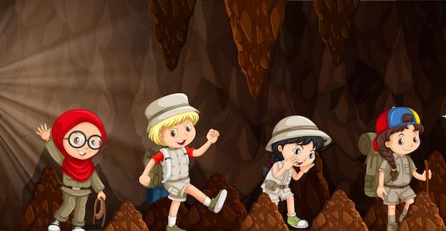 Um grupo de crianças internacionais explorando a caverna
