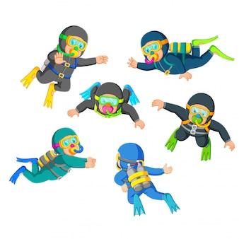 Um grupo de mergulhadores profissionais com a boa pose