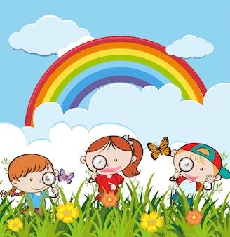 Um grupo pd crianças exploram o jardim