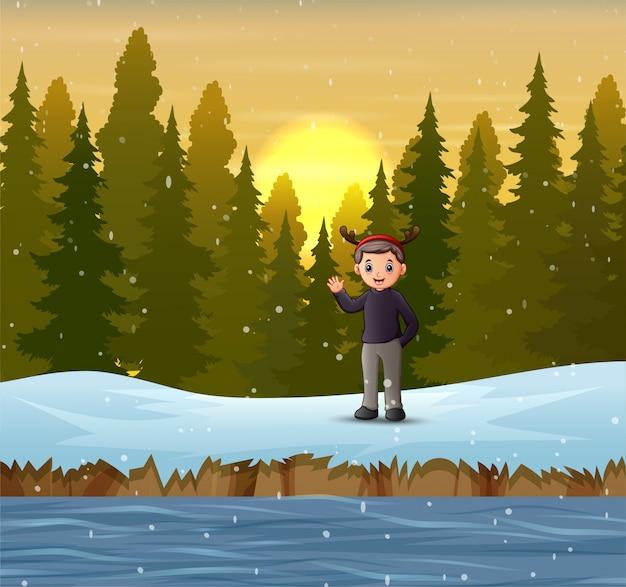 Um homem acenando com a mão na floresta no inverno