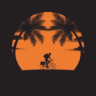 Um homem de andar de bicicleta na praia do fundo por do sol