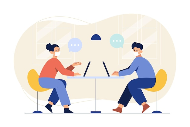 Um homem e uma mulher usando uma máscara e trabalhando com um laptop