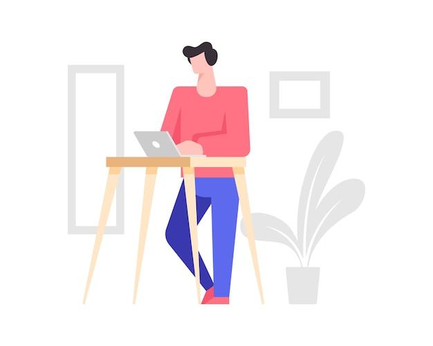 Um homem está digitando em um laptop em pé
