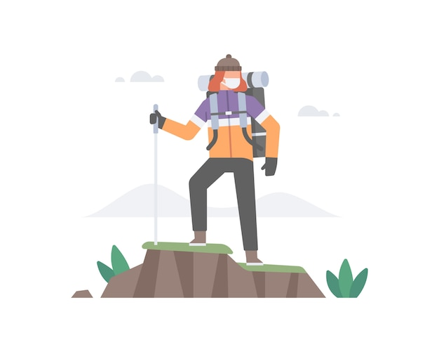 Um homem usa máscara facial e caminha até o topo da montanha, carregando uma grande mochila e segurando uma bengala
