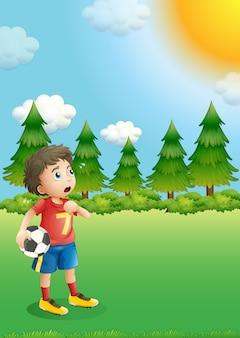 Um jovem jogador de futebol na colina