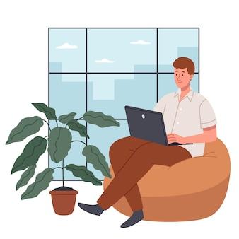 Um jovem programador se senta em uma cadeira confortável e olha para um grande escritório com laptop