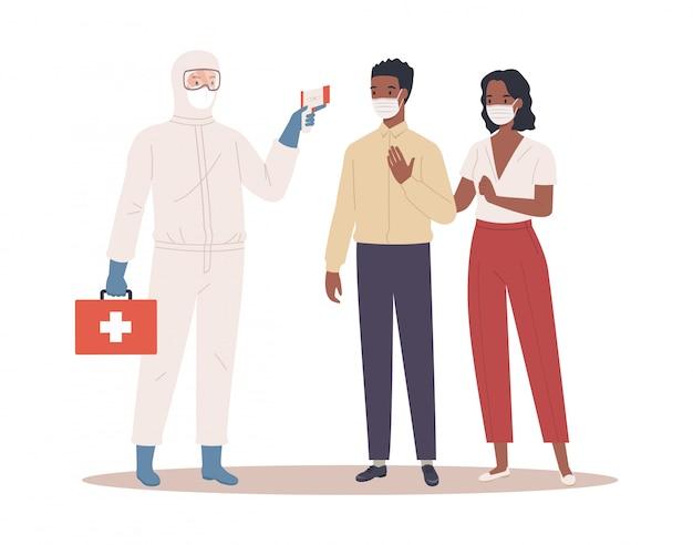 Um médico em traje de proteção mede a temperatura do casal masculino e feminino em máscara médica. conceito de proteção de coronavírus. ilustração em um estilo simples