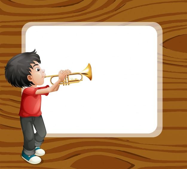 Um menino brincando com o trombone em frente a um modelo vazio