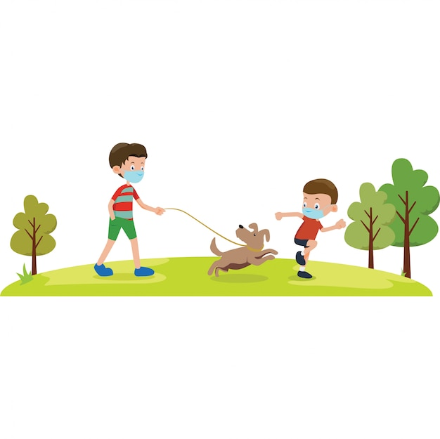 Um menino brincando com seu cachorro 2 enquanto usava máscara médica