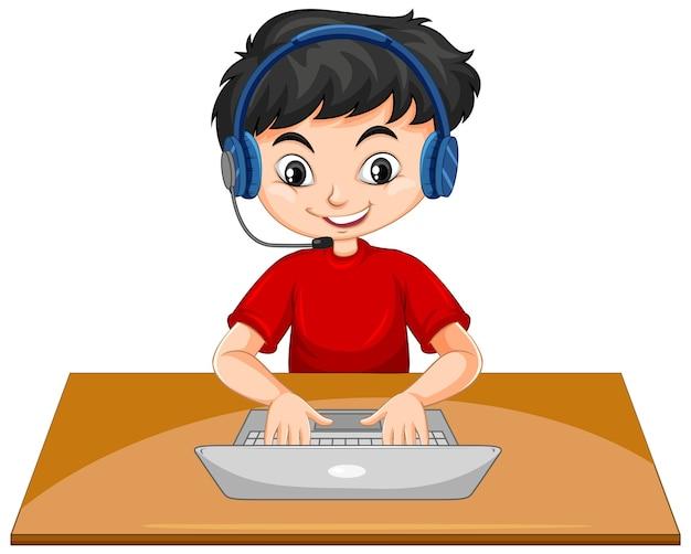 Um menino com laptop na mesa