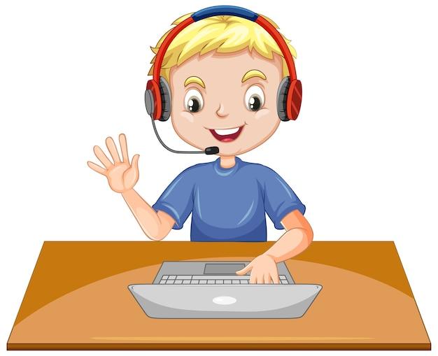 Um menino com o laptop na mesa no fundo branco