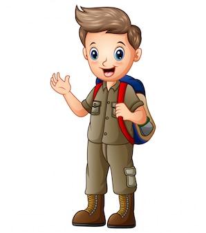 Um menino com roupa de explorador com mochila