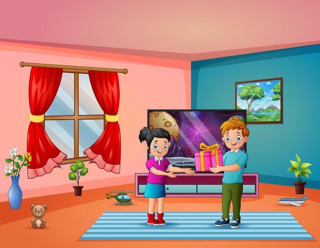 Um menino dando uma caixa de presente para uma menina feliz em casa