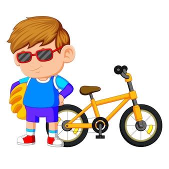 Um menino de pé na bicicleta