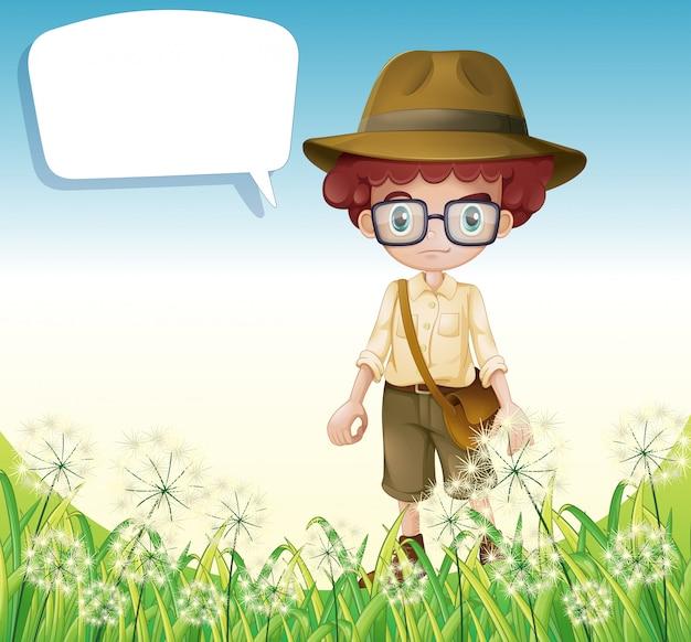 Um menino de pé perto da grama com um texto explicativo vazio