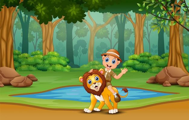 Um menino de safari com leão na selva